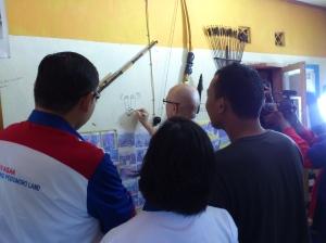 Andy F Noya Menggambar Skets Wajahnya di Sekretariat Komunitas Ngejah