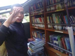 iwan memilih buku
