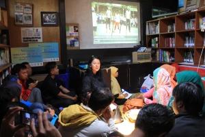 Wina Erwina dalam Diskusi Literasi Informasi Hibah Buku UNPAD