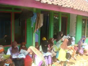 Anak-anak Cipariuk sedang Membaca di Halaman Rumah Ajengan Juma
