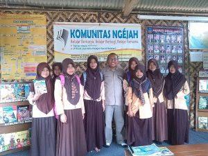 Dr. Mubiar Agustin, M.Pd., berphoto bersama pengunjung TBM aiueo Komunitas Ngejah
