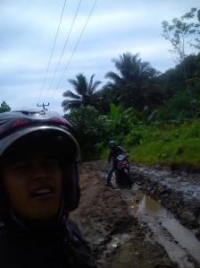 Jalan dari Karees Menuju Ciparanje Kecamatan Cibalong