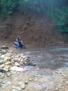 Melewati Longsor, Menuju Ciparanje Kecamatan Cibalong