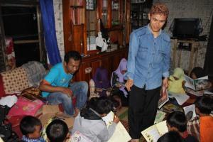 Mengajak anak-anak Ciparanje Membaca