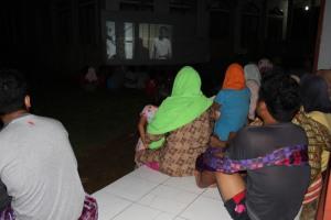 Masyarakat Kampung Menikmati Film Soekarno
