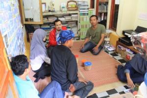 Tim Hibah Buku UNPAD Diskusi Santai di Sekretariat Komunitas Ngejah