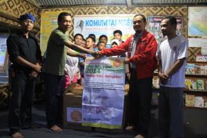 Penyerahan Buku dari Tim P2M Hibah Buku UNPAD kepada Ketua Komunitas Ngejah