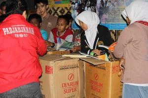 Pengurus Komunitas Ngejah Membuka Dus Berisi Buku dari Tim P2m UNPAD