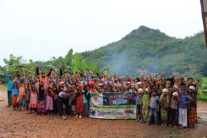 Foto Bersama TIM Safari GKM edisi akhir tahun dengan Peserta dan Masyarakat Cinangsi