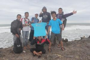 Relawan Komunitas Ngejah Berphoto di Pantai Karang Paranje