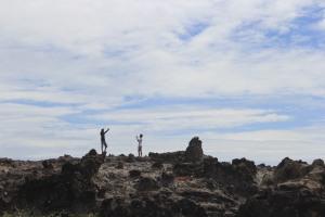 Turis Lokal Berphoto di Pantai Karang Paranje