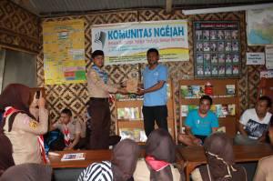 Pemberian Cinderamata dari DKR Bojonggambir kepada Komunitas Ngejah