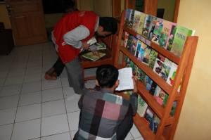 Relawan komunitas Ngejah Membangun Perpustakaan Desa Sukawangi