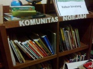Rak Buku di Komunitas Ngejah