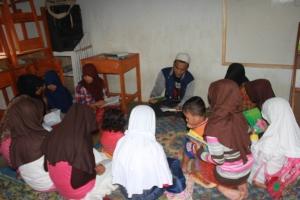 Ruli Lesmana membimbing anak-anak usia SMP dalam kegiatan membaca bersama