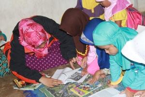 Ai membimbing anak-anak usia SD untuk membaca