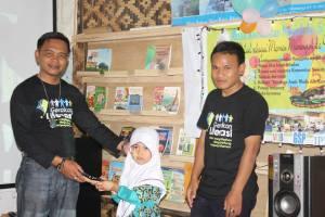 Pemberian Hadiah oleh Kepala Desa Sukawangi