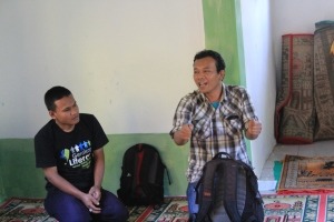 OPik dan Roni Memberikan  Pengatar Kegiatan Gerakan Kampung Membaca 34 di Kampung Babakanlalay