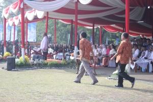 Presiden Komunitas Ngejah, Opik, berjalan menuju lapang Gasibu saat dipanggil untuk menerima Anugerah Pelopor Pemberdayaan Masyarakat Jawa Barat Bidang Pendidikan