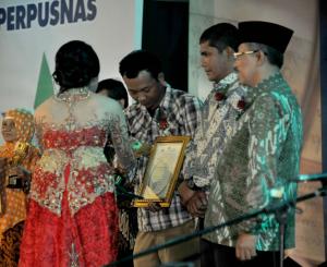Opik atau yang sering menggunakan nama pena Nero Taopik Abdiliah, pendiri sekaligus Ketua Komunitas Ngejah menerima Anugerah Nugra Jasadarma Pustaloka 2015 dari Perpustakaan Nasional sebagai Masyarakat yang berperan Aktif dalam Pengembangan Perpustakaan dan Pembudayaan Minat Baca