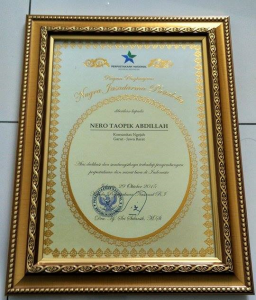 Piagam Nugra Jasadarma Pustaloka 2015 untuk Opik (Nero Taopik Abdillah) Pendiri sekaligus Ketua Komunitas Ngejah
